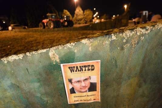 Affiche aux abords du siège de Lactalis, à Change, près de Laval, bloqué par les producteurs laitiers, le 27août.
