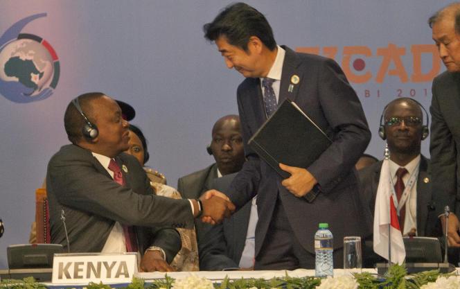 Le premier ministre japonais Shinzo Abe et le président du Kenya Uhuru Kenyatta, à Nairobi, le 27 août.