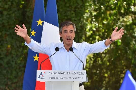 François Fillon accuse l'école d'apprendre aux enfants à « avoir honte » de la France et veut réécrire les programmes d'histoire comme un « récit national ».
