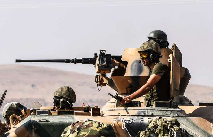 Des soldats turcs à bord d'un blindé, le 26 août.