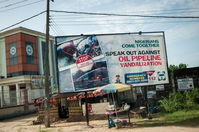 Une affiche appelle à la fin du vandalisme sur les installations pétrolières à Warri, dans l'Etat du Delta, au Nigeria, le 10juin.