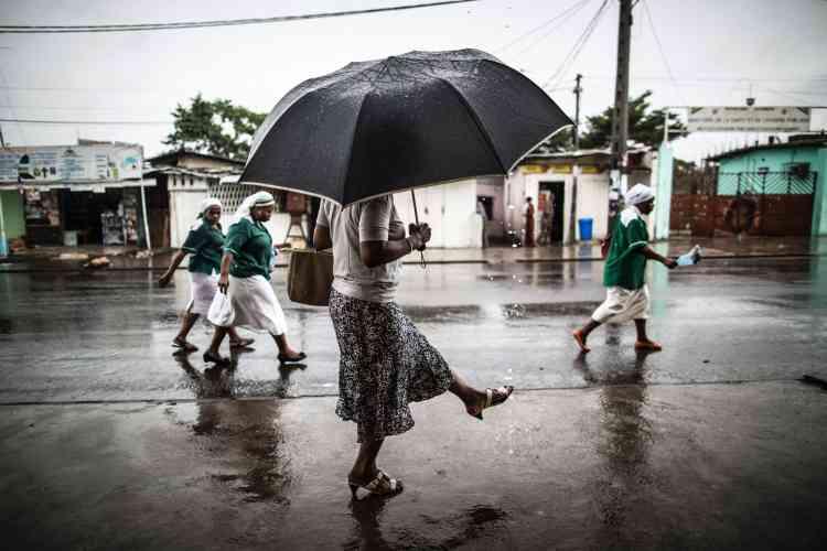 Près de l'église Saint-Michel, à Libreville, dimanche 28 août, au lendemain du scrutin, le pays est dans l'attente des résultats.
