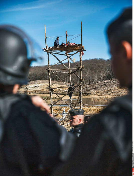 Lors de l'évacuation des zadistes à Sivens, le 6 mars 2015.