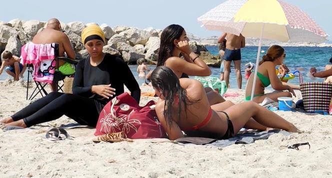 Dans une vidéo, Nesrine Kenza s'est filmée sur une plage de Marseille se baignant en «burkini ».