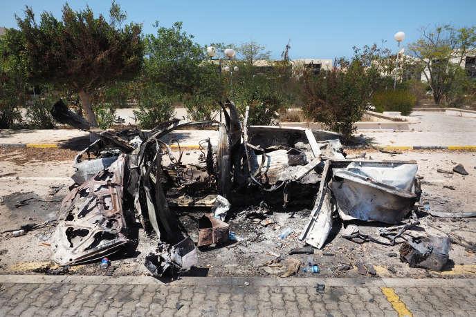 Dans les rues de Syrte, les traces laissées par les attentats à la voiture-suicide sont visibles dans différents endroits de la ville. Ici à l'intérieur du complexe de Ouagadougou, le 24 août.