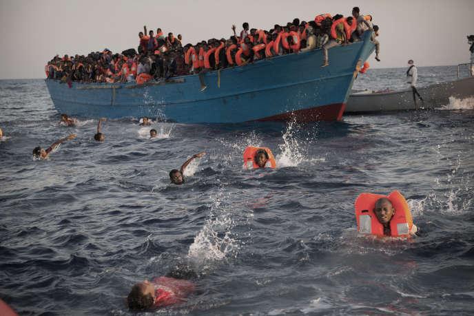 Des migrants lors d'une opération de secours au large de la Libye, le 29 août 2016.