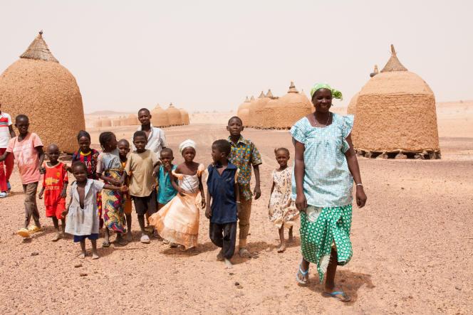 Les enfants de Galata, petit village nigerien, jouent près des greniers à mil.