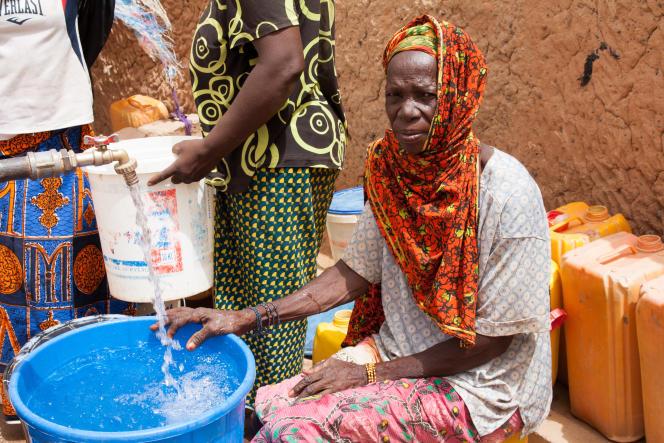 Une femme de Galata à la fontaine du village, récemment installée.