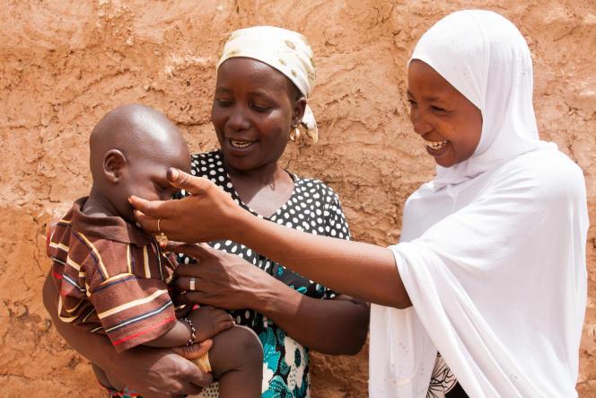 Rabi Amadou porte Zakaria, son petit dernier de 1 an et demi.