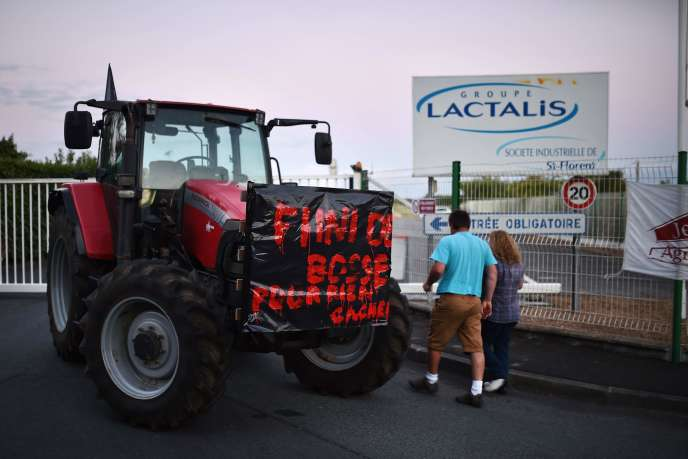 Devant le site du groupe Lactalis de Saint-Florent-le-Vieil (Maine-et-Loire), le 29 août 2016. Des producteurs laitiers demandaient alors une augmentation du prix d'achat de leur production par l'entreprise.