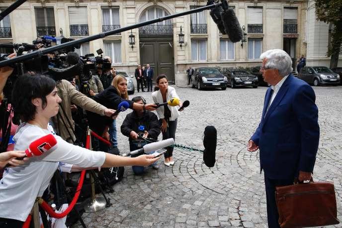 Jean-Pierre Chevènement arrive au ministère de l'intérieur, lundi 29 août, pour assister aux consultations sur l'islam lancées par Bernard Cazeneuve.