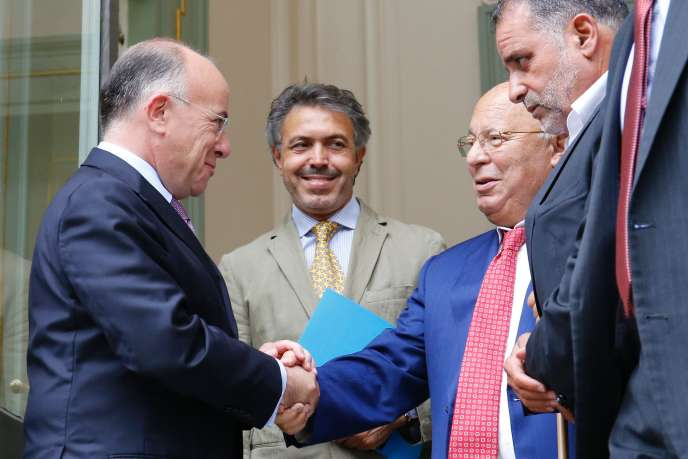 Poignée de main entre le ministre de l'intérieur, Bernard Cazeneuve (à gauche), et le recteur de la mosquée de Paris, Dalil Boubakeur, après une rencontre avec les représentants de la commuanuté musulmane à Paris, le 29 août.