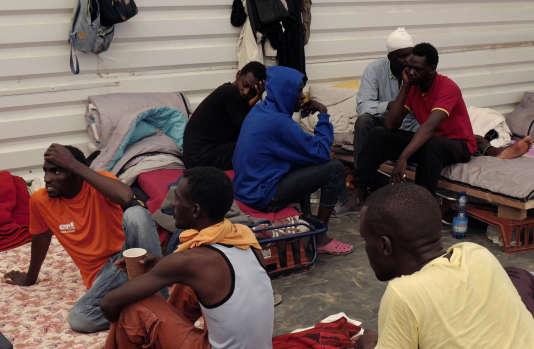 Le 24 août, des migrants soudanais dans la jungle de Calais avant qu'elle ne soit démantelée fin octobre.