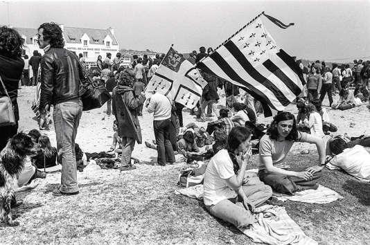 Plusieurs dizaines de milliers de personnes participent à une manifestation anti-nucléaire, organisée par le comité de lutte contre la centrale de Plogoff, le 25 mai 1980.