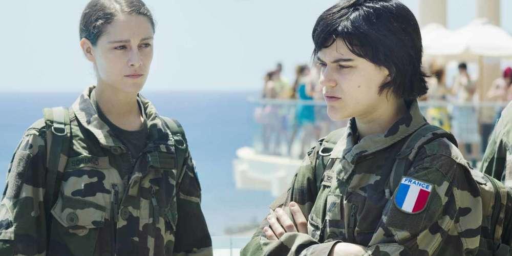 Le long-métrage des sœurs Coulin regarde de près, avec une curiosité dépourvue de pitié comme de cruauté, un grand corps que le cinéma français répugne généralement à filmer : l'armée. Dans les rôles d'Aurore et Marine,deux marsouins de retour d'Afghanistan, Ariane Labed et Soko font vibrer le film d'émotions douloureuses et vitales qui donnent à cette réflexion sur la violence militaire la texture d'une tragédie familière.