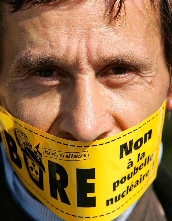 Un militant antinucléaire proteste contre le projet d'enfouissement de déchets nucléaire à Bure, le 24 septembre 2015.