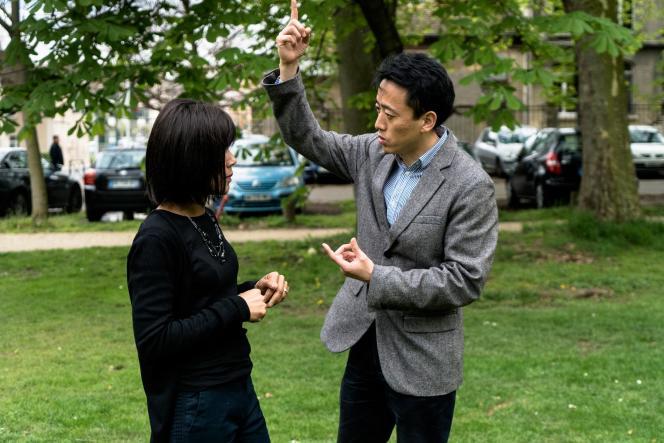 Le professeur Liu Bingkai, diplômé en médecine traditionnelle chinoise à l'université de Nankin, avec une de ses patientes en rémission d'un cancer, lors d'une séance de qi gong thérapeutiquedans le cadre d'essais cliniques menés à l'hôpital de la Salpêtrière à Paris.