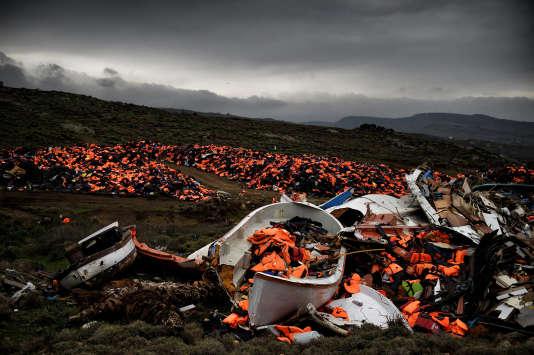 Des gilets de sauvetage et des débris d'embarcations abandonnés après la traversée de la mer Egée. Méthymne, île de Lesbos, 19 février 2016.