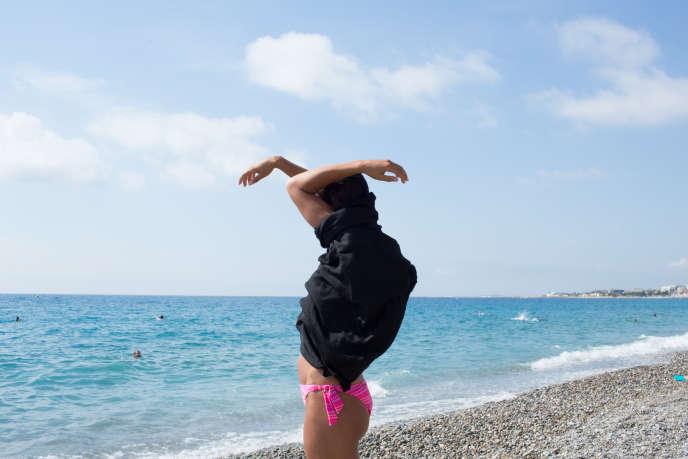 Contraste... Allégorie d'un autre burkini. Celui d'une jeune femme musulmane ne souhaitant pas montrer son visage mais qui porte un bikini très seyant. Elle vient en vacances à Nice et rend visite à sa soeur qui y vit régulièrement.