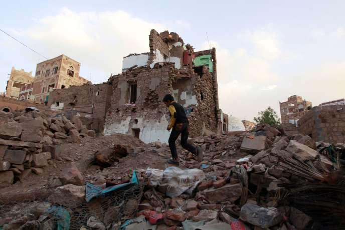 A Sanaa, après un raid de l'aviation saoudienne, le 23 mars.