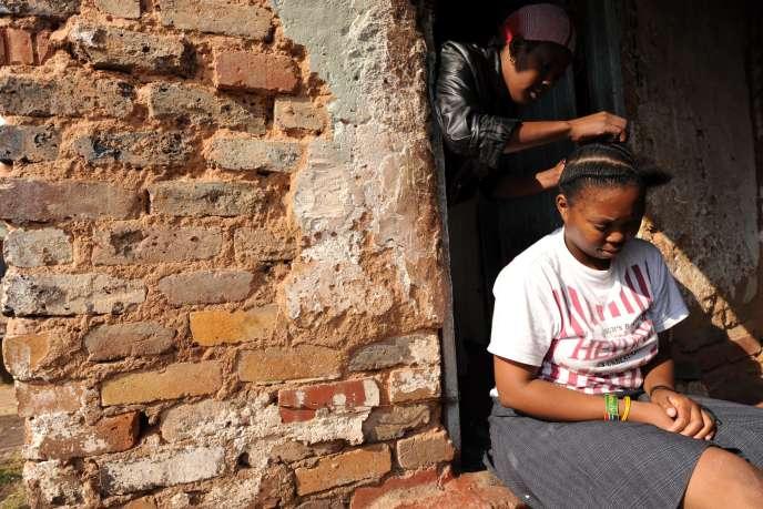 Une femme sud-africaine se coiffant les cheveux. Johannesburg, Afrique du Sud, 2010.