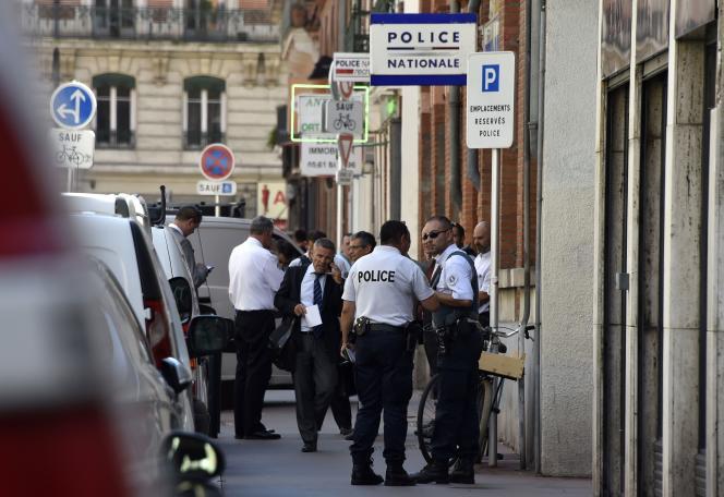 Le procureur de Toulouse, Pierre-Yves Couilleau, devant le commissariat où un policier s'est fait agresser à l'arme blanche mardi 30 août dans le centre de Toulouse.
