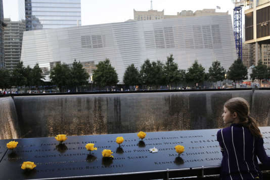 Recueillement devant Ground Zero, où se trouvaient les deux tours du World Trade Center à New York, avant leur effondrement lors de l'attentat du 11 septembre 2001.