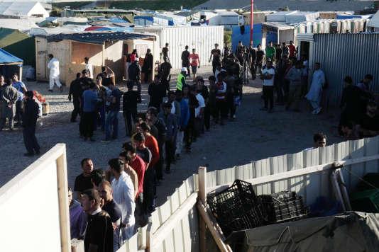 Les habitants de la« jungle» de Calais font la queue pour recevoir leur repas, le23août2016.