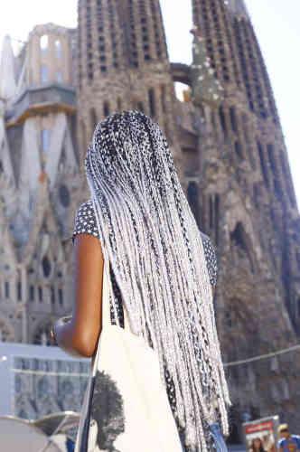 Le photographe Ricardo Cases a sillonné Barcelone, ses rues, ses plages, ses bars, envahis de hordes de touristes. Ici devant la Sagrada Familia.
