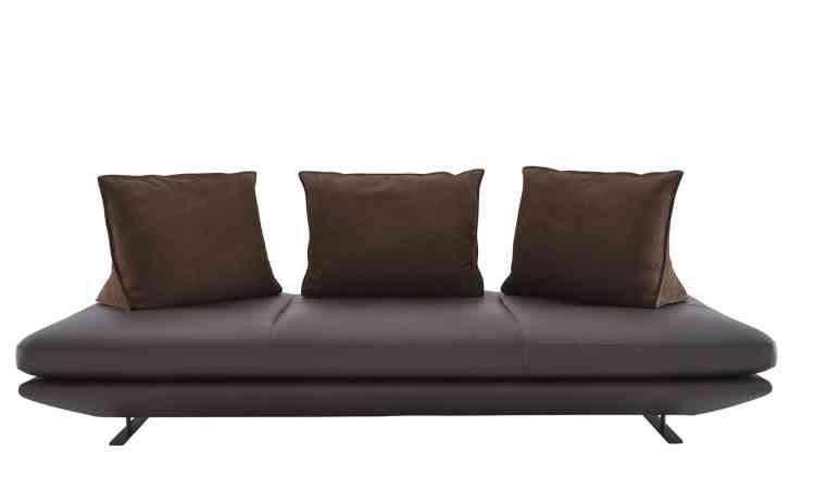 Le canapé panoramique en cuir Prado de Christian Werner pour Cinna avec coussins lestés à disposer librement pour s'installer au gré de ses envies.