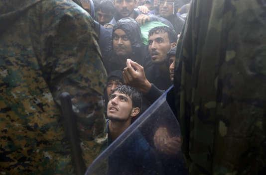 Migrants et réfugiés suppliant la police de les laisser traverser la frontière pour entrer dans l'ancienne République yougoslave de Macédoine. Près du village grec d'Idomeni, 10 septembre 2015.
