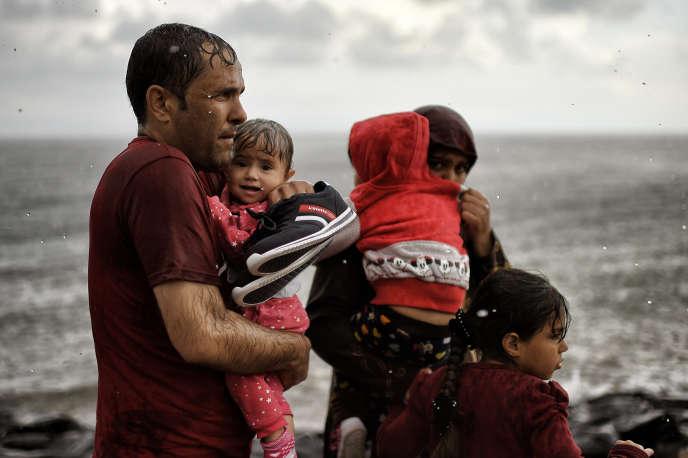Des migrants traversent la mer Egée entre la Turquie et l'île de Lesbos, en Grèce, le28septembre2015.