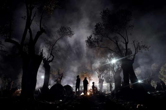 Des migrants passent la nuit dans un champ avant de s'enregistrer au « hot spot » de Moria, sur l'île grecque de Lesbos, le 9 novembre 2015.
