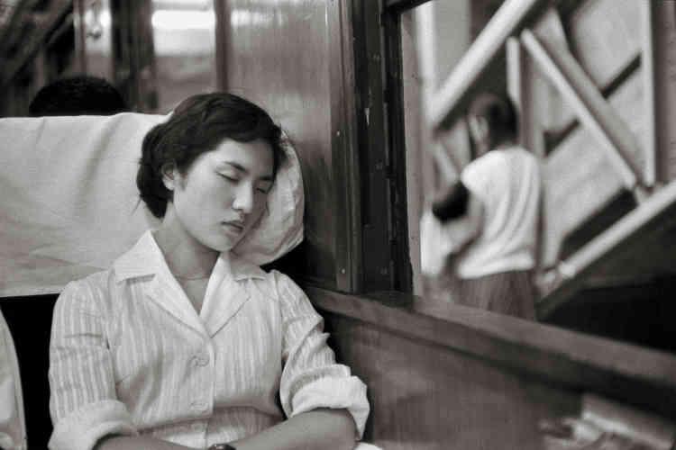 Alentours de Tokyo, 1958 : « Les Japonais profitent de leurs longs trajets en train pour se reposer.»
