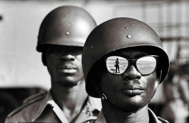 Congo, 1961 : « Al'aéroport de Léopoldville, pendant la réception du secrétaire d'Etat Mennen Williams, je prends le temps de faire mon autoportrait.»
