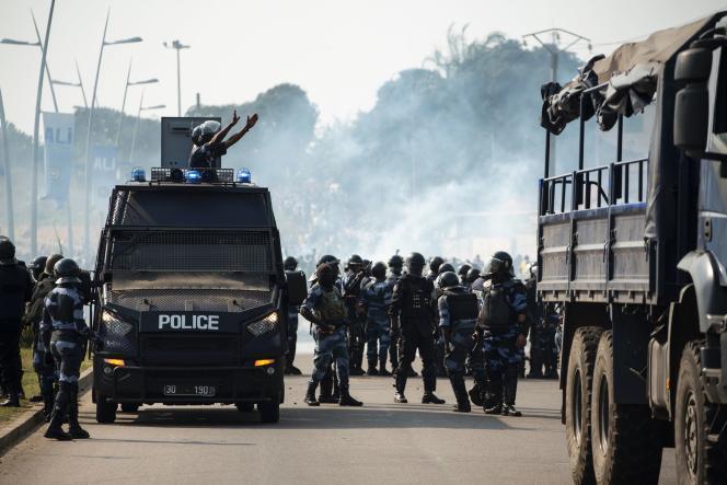 Des policiers patrouillent dans les rues de Libreville, le 31 août.