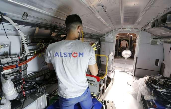 Un salarié d'Alstom travaille sur la construction d'un train, près de La Rochelle, en Charente-Maritime, le 31 août 2016.