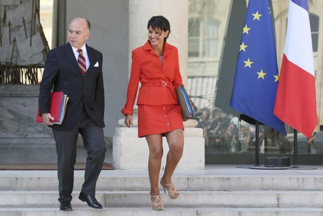 Najat Vallaud-Belkacem, ministre de l'éducation nationale, aux côtés de Bernard Cazeneuve, ministre de l'intérieur, à la sortie de l'Elysée (31 août 2016).