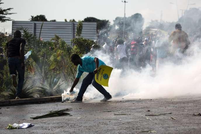 Lors d'une manifestation à Libreville, après l'annonce de la victoire d'Ali Bongo, le 31août.