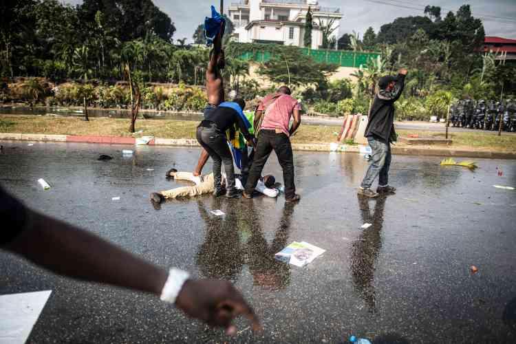 Un partisan de l'opposition est à terre après des affrontements avec la police le 31 août 2016.