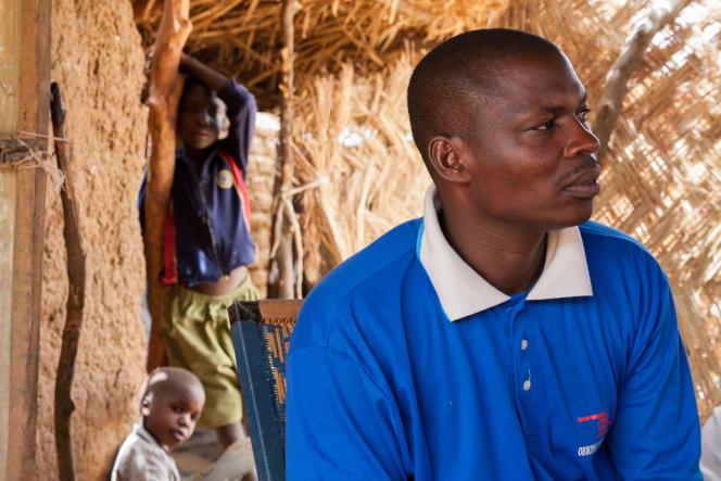Achirou, 38 ans, travaille la terre et vit de petits boulots pour nourrir sa famille composée de deux épouses et de quatorze enfants, Serkin Yamma, au Niger. Grâce à l'instruction de base qu'il a reçu enfant, il a pu devenir relais communautaire dans son village après une formation délivrée par l'Unicef.