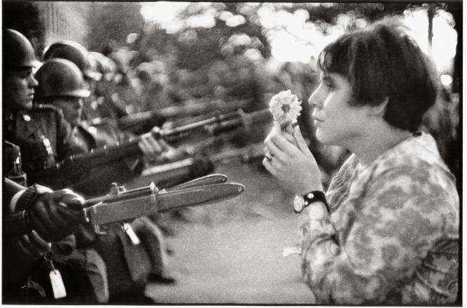 « La Fille à la fleur» (Washington D.C., 21 octobre 1967).
