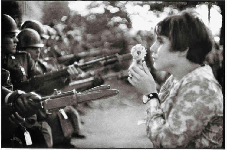 Washington D.C., 21 octobre 1967 : « Devant le Pentagone, lors d'une marche pour la paix au Vietnam, Jan Rose Kasmir donne un beau visage à la jeunesse américaine.»