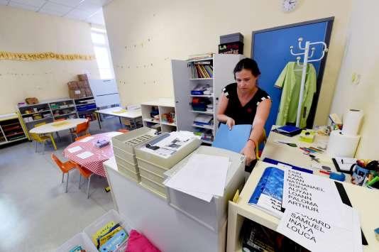 Une institutrice prépare sa classe avant la rentrée des classes 2016 à Cenon (Gironde).