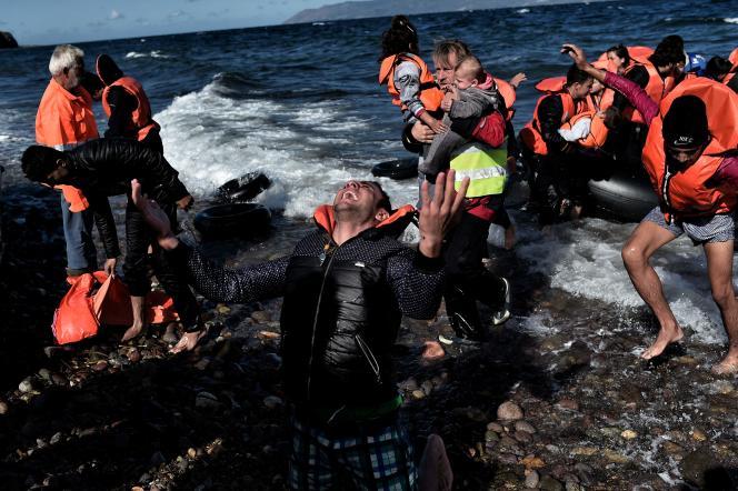 Des migrants arrivent sur l'île grecque de Lesbos, le 29 octobre 2015.
