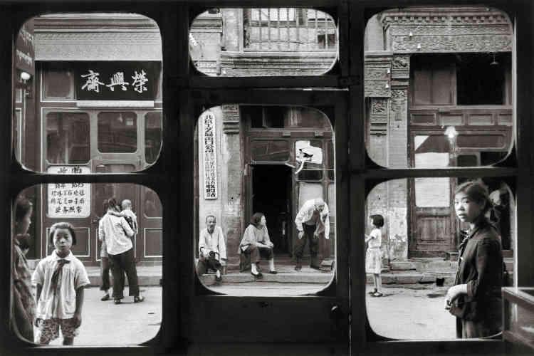 Pékin, 1965 : « Ces fenêtres bien chinoises s'ouvrent sur Liu LiChang, la rue des antiquaires. Dans ces boutiques, pendant la Révolution culturelle, les Chinois devaient apporter leurs bijoux à l'Etat, sans contrepartie.»