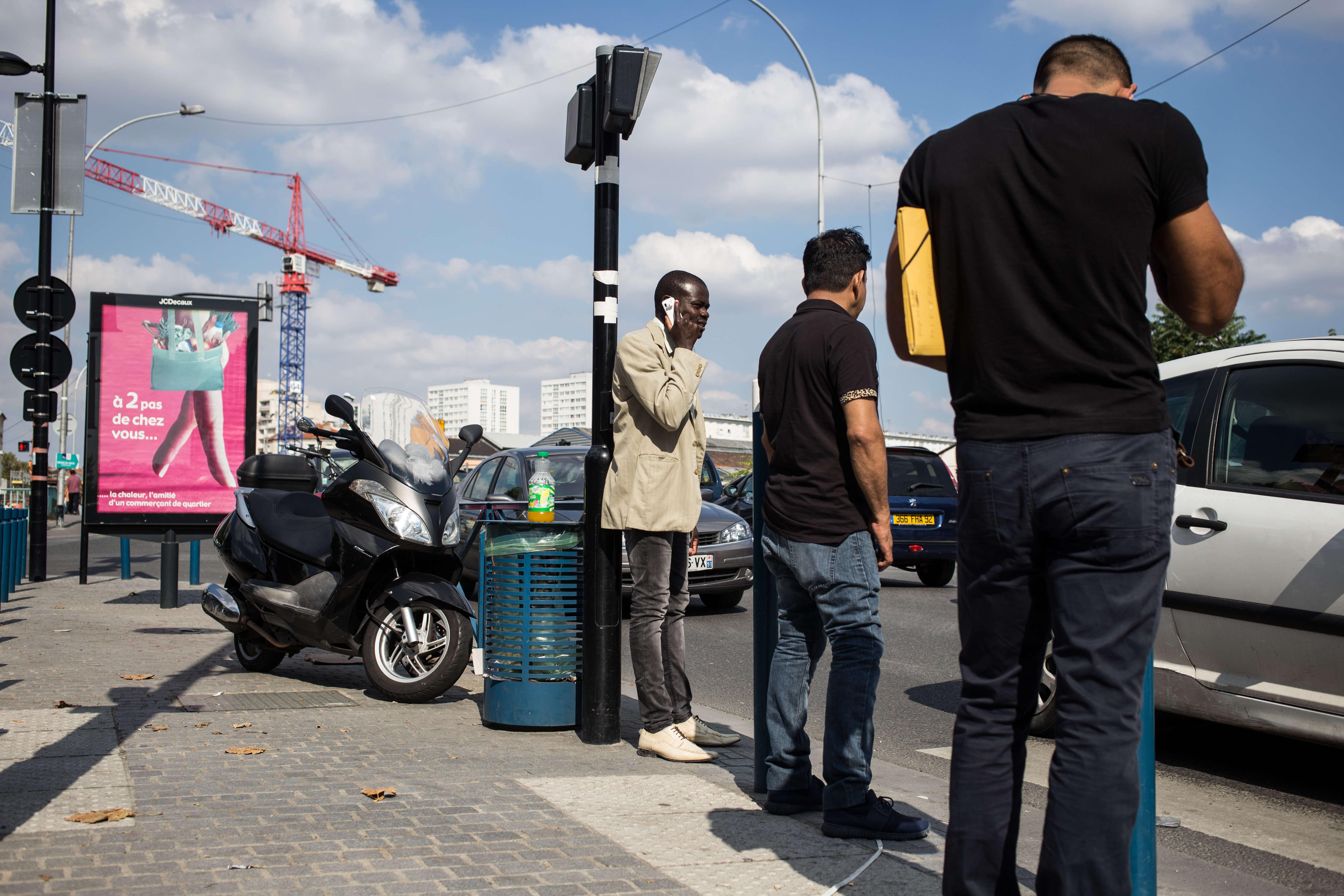 Des piétons attendent pour traverser l'avenue Victor-Hugo, l'un des principaux axes du quartier.
