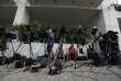 Des équipes de télévision patientent devant le Secrétariat général à l'information et à la communication, pour le deuxième jour des ventes aux enchères, le 31août à Athènes.