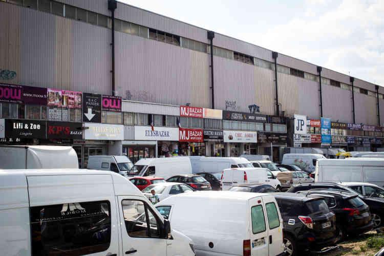 Une zone commerçante ouverte sur le quai Lucien-Lefranc qui mène au canal de Saint-Denis, où des centaines de boutiques s'entassent.