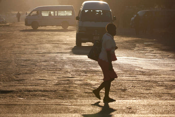 Dans une rue de Harare, capitale du Zimbabwe, en août 2016.